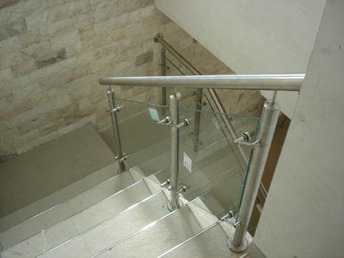 Barandas combinadas en acero inoxidable y vidrio for Barandas de vidrio y acero